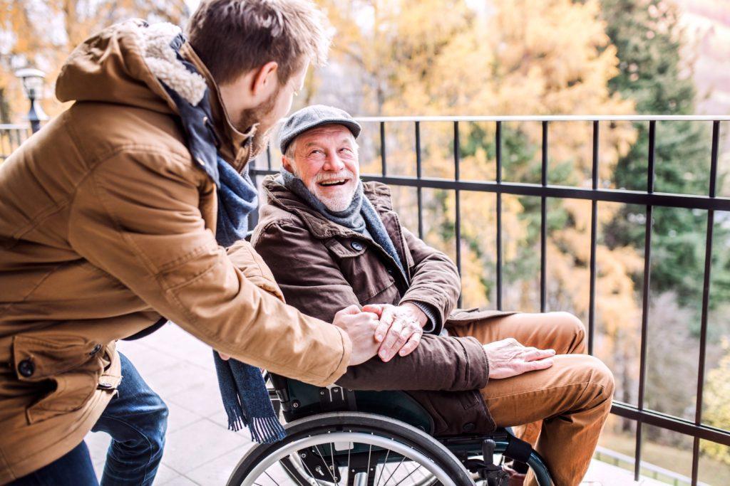 vieux monsieur fauteuil roulant