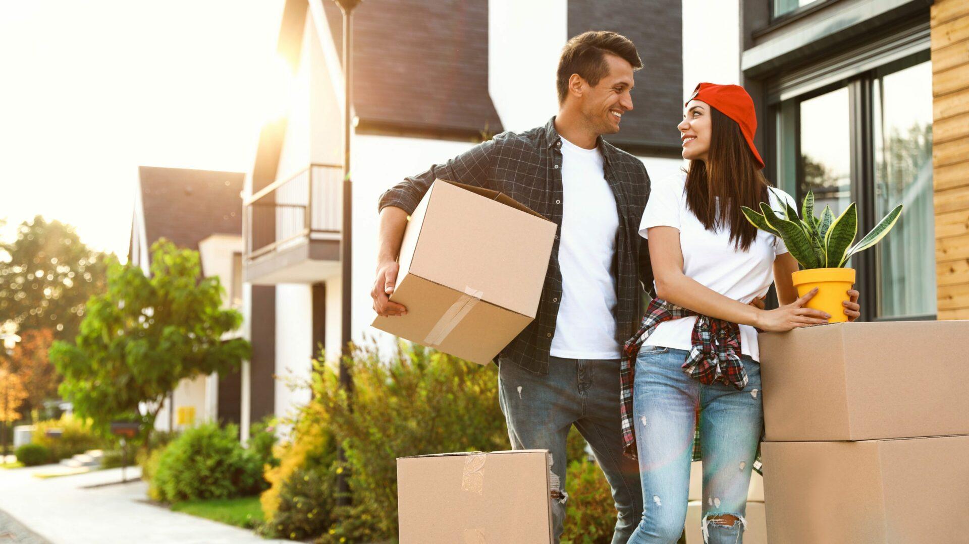 couple en déménagement prêt immo